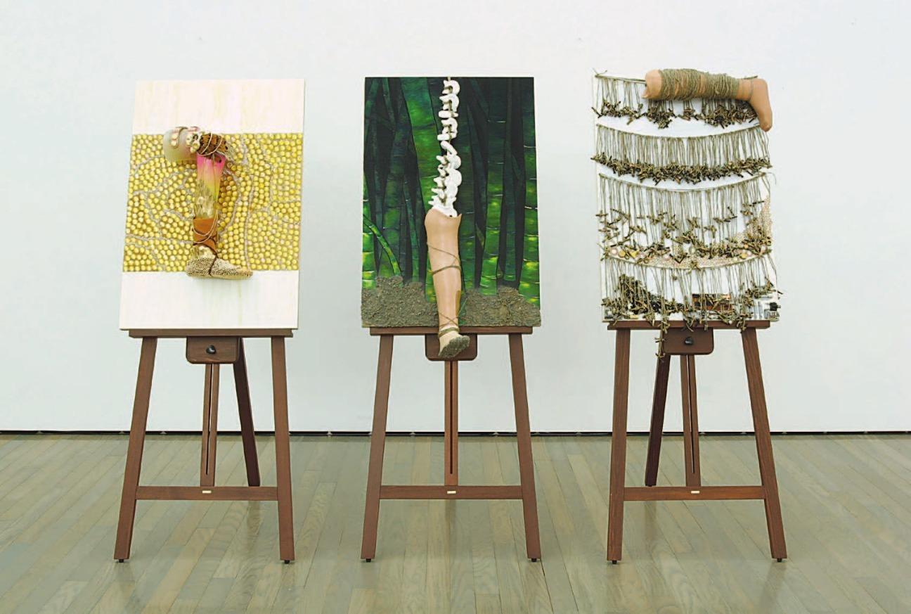片山真理《足をはかりに》2005年(群馬県立近代美術館 群馬青年ビエンナーレ'05出品作)、廃材・アクリル・義足・パネル(3点組)、作家蔵