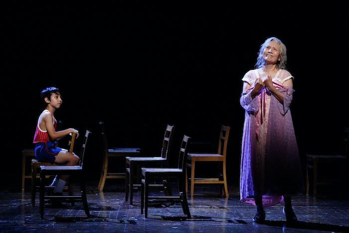 『ビリー・エリオット』舞台写真。左:渡部出日寿、右:根岸季衣(撮影:田中亜紀)