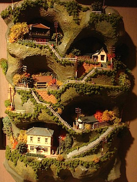 山間に立つ家々を模した近作。ジオラマ作品は今後も製作予定とか