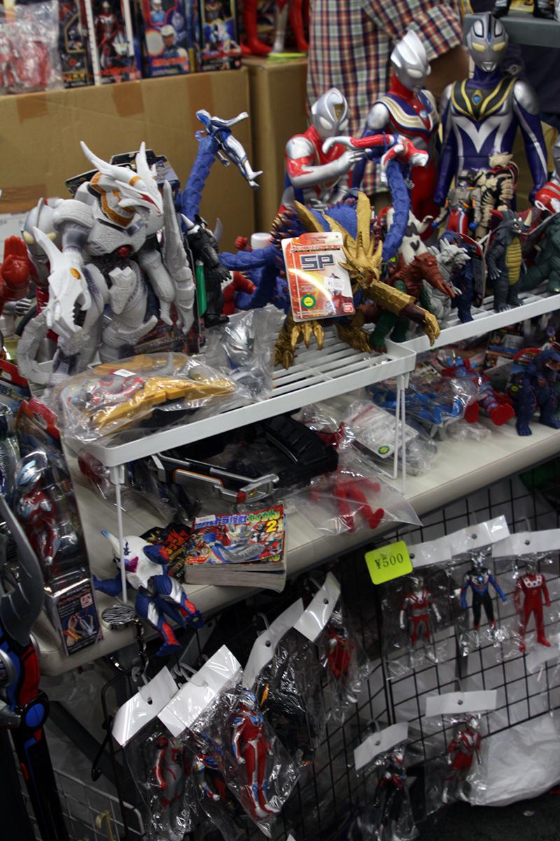 こちらはおもちゃと昔のプラモが山積みでファンがあれこれ在庫を訊いていた 写真:ウメダカツジ