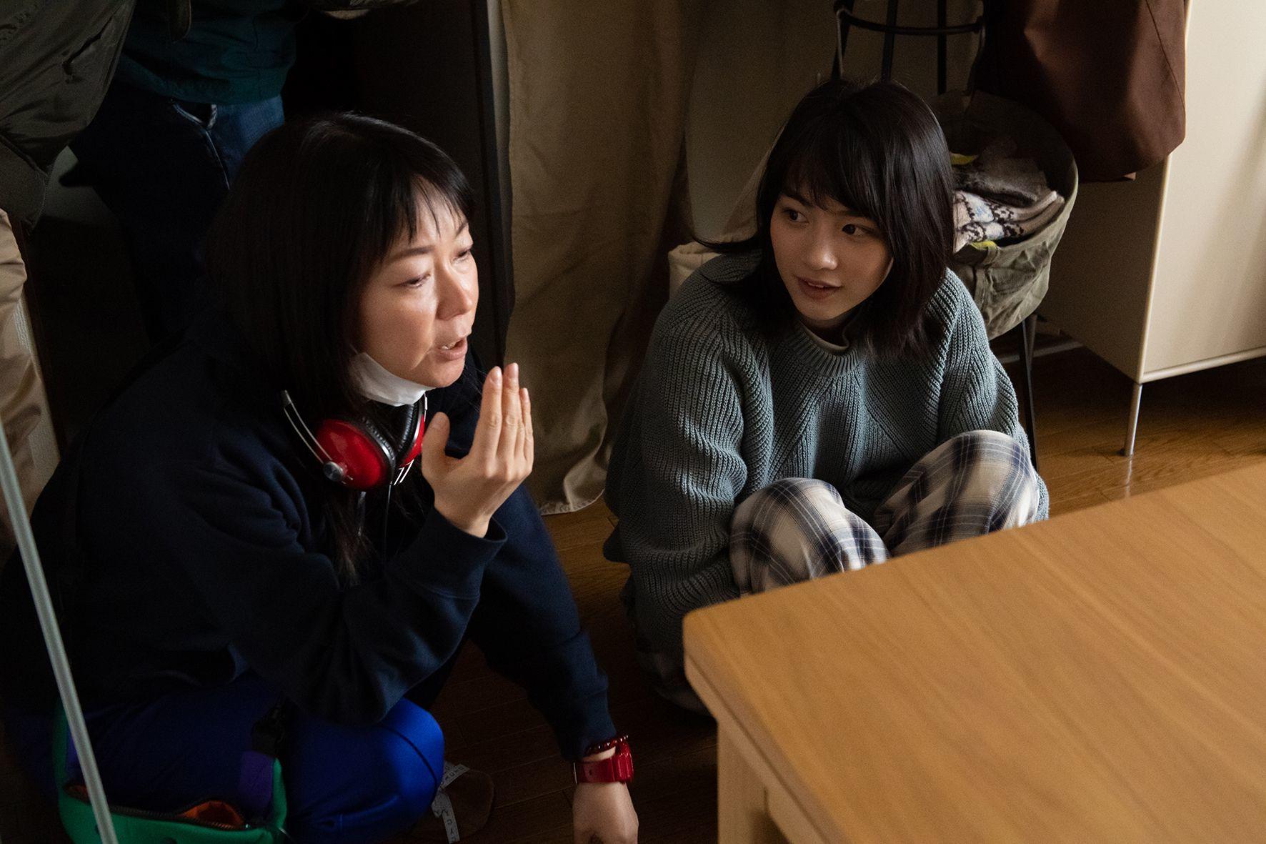 『私をくいとめて』メイキングカット 左から、大九明子監督、のん