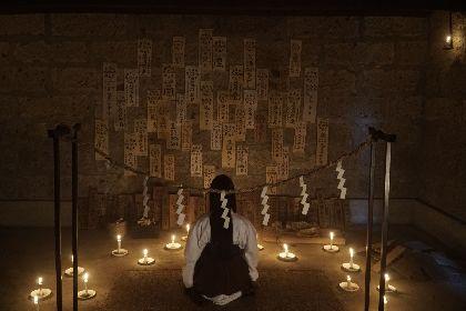 赤い糸に手のひらを貫かれた女性、謎のミイラ、怨霊シライサンの姿も 映画『シライサン』場面写真を公開