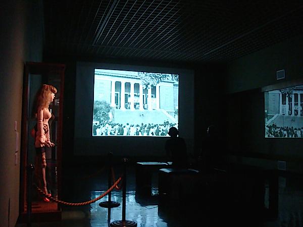 旧東京都美術館の大階段を舞台にした天井桟敷の野外劇『釘』を93カットの写真によるスライドショーで再現。松本俊夫の実験映画『色即是空』と交互に投影されている。スクリーンの左右には、四谷シモンの《未来と過去のイヴ》と金子國義の《お遊戯》も