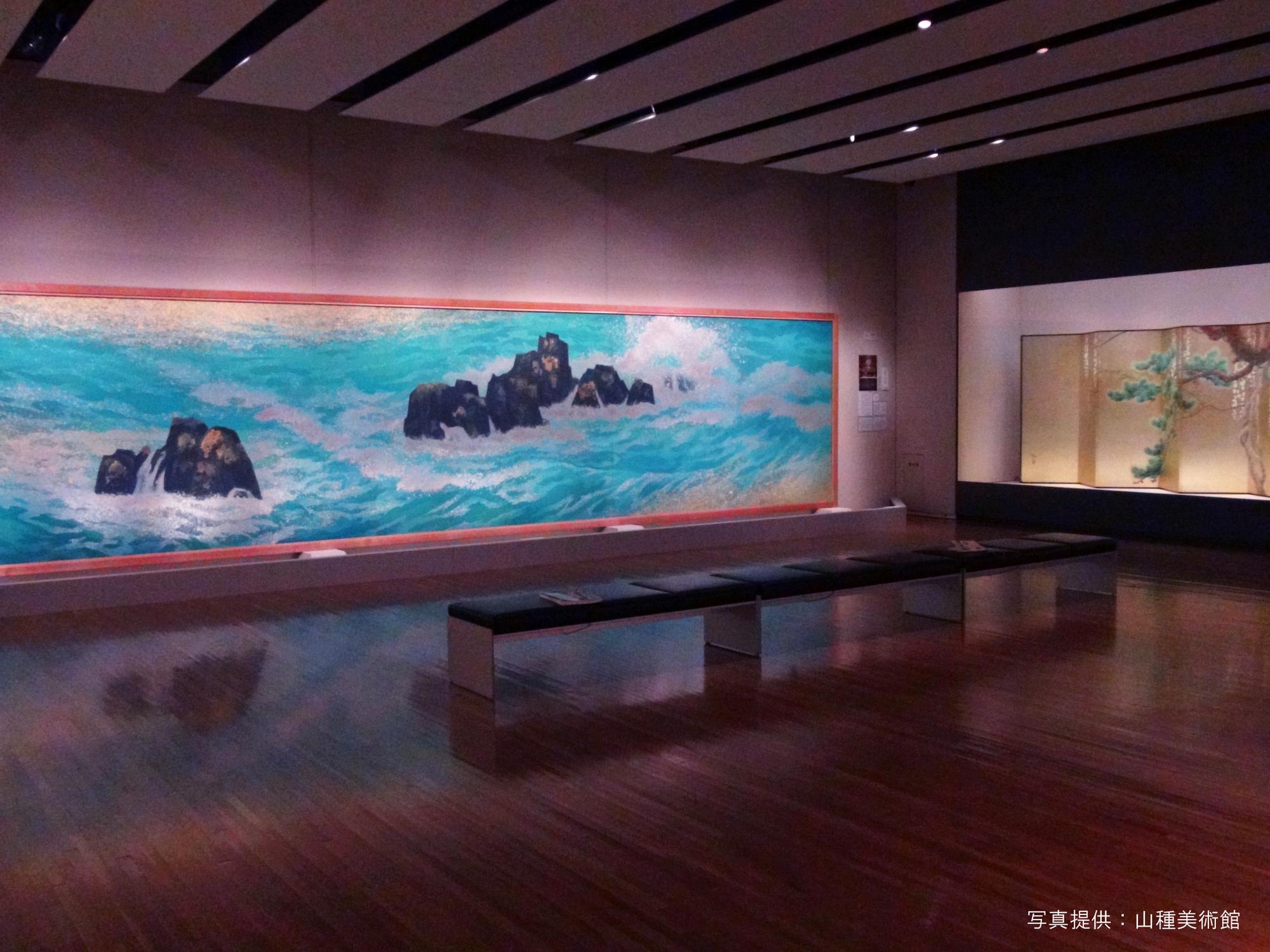 左 東山魁夷《満ち来る潮》山種美術館