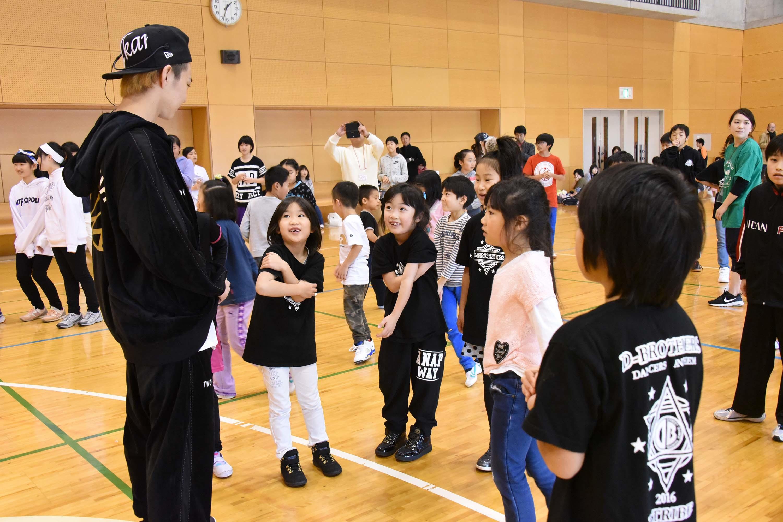 ダンスを指導するEXILE佐藤大樹 『夢の課外授業スペシャルin猪苗代』