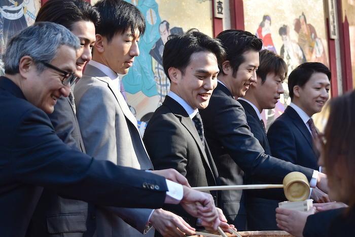 振る舞い酒をする中村錦之助、中村隼人、坂東新悟、中村歌昇、尾上松也、坂東巳之助、中村米吉(左から)