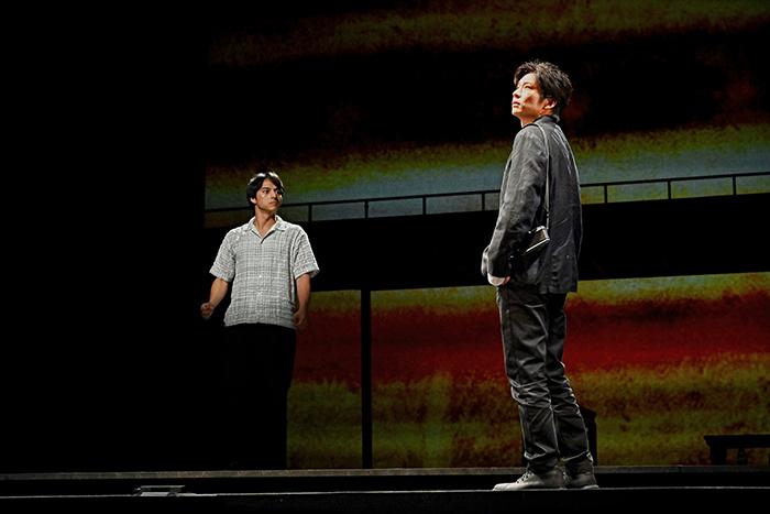 世田谷パブリックシアター×パソナグループ『CHIMERICA チャイメリカ』 左から:満島真之介 田中圭 撮影:細野 晋司
