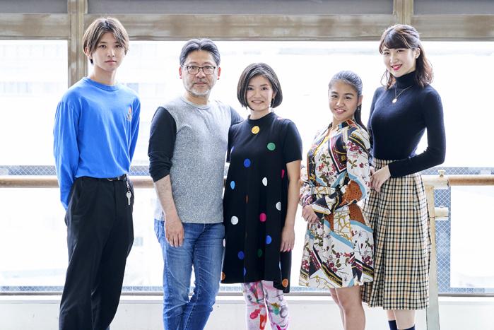 左から今井俊斗、山田和也(監修)、渋谷真紀子(演出)、荒川玲和、鈴木優歌  (撮影:山本れお)