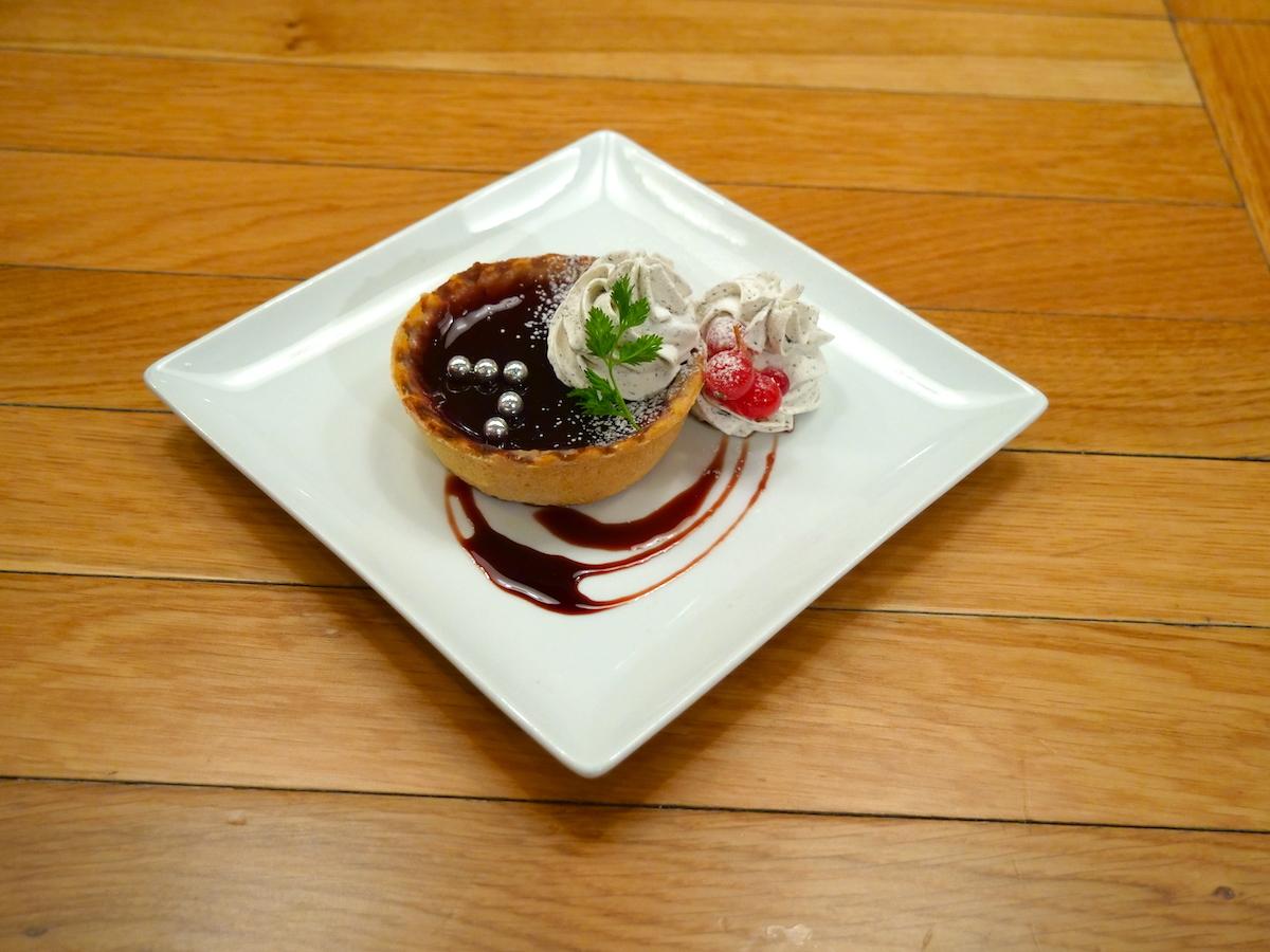Fantôme Irisの 紅茶と赤ワインのタルト ザクロのソース 800円(税込)