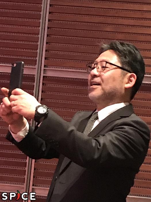 記者に混ざり出演者を撮影する演出の山田(毎年恒例)