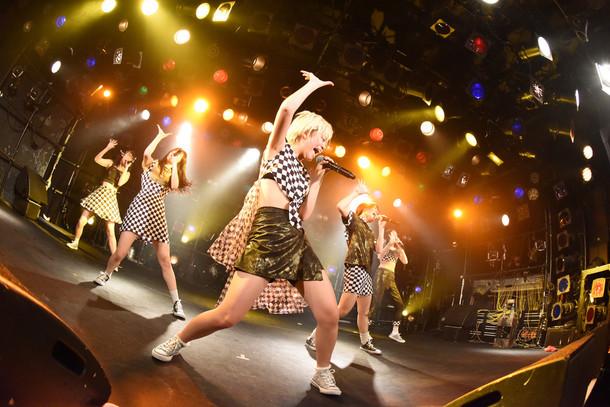 「ROCK UP!!! vol.01」でのベイビーレイズJAPANによるライブの様子。