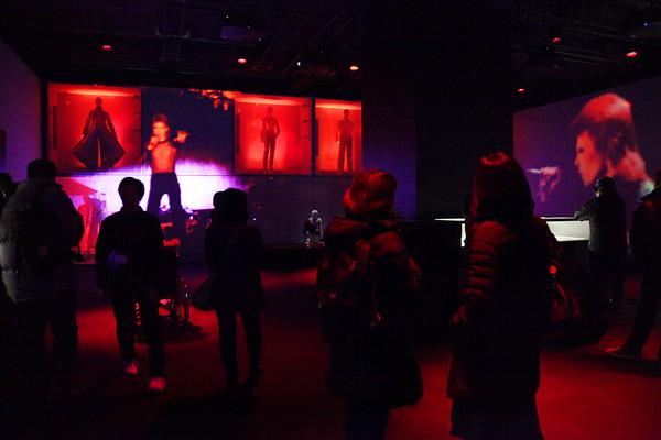 『ショウ・モーメント』時間制で映像と大音量の音楽が始まる仕組み。