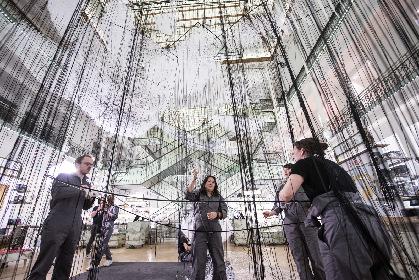 白い糸で紡がれた150隻の船が、パリの百貨店に!? 塩田千春『どこへ向かって』特別展をレポ―ト
