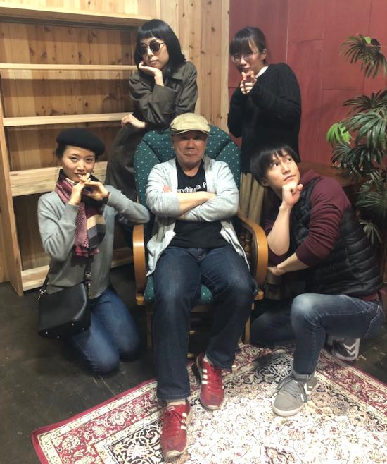『私立探偵西郷九郎と九人の女』第一話『虫を愛でる女』の出演者。前列左から・上田愛、二宮信也、青木謙樹 後列左から・岡本理沙、平手さやか