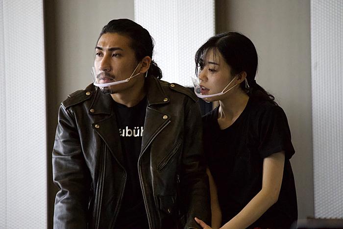 マクベス役の近藤隼とマクベス夫人役の毛利悟巳