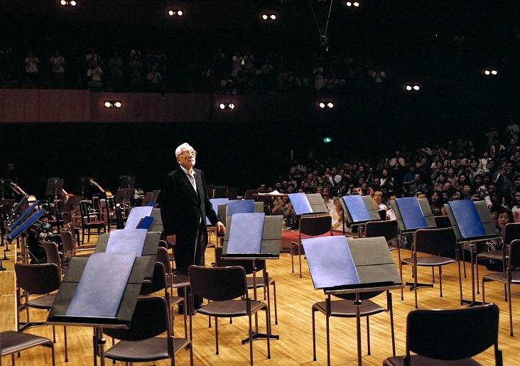 鳴り止まぬ拍手喝采に応え、オーケストラのいないステージに再登場する朝比奈隆 (C)飯島隆
