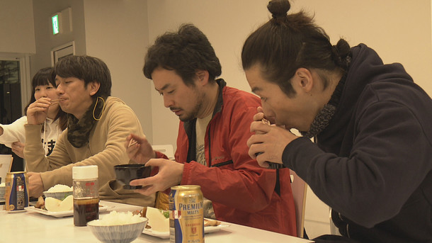 コドモ発射プロジェクト、城崎温泉での滞在制作の様子。左から岩井秀人、前野健太、森山未來。