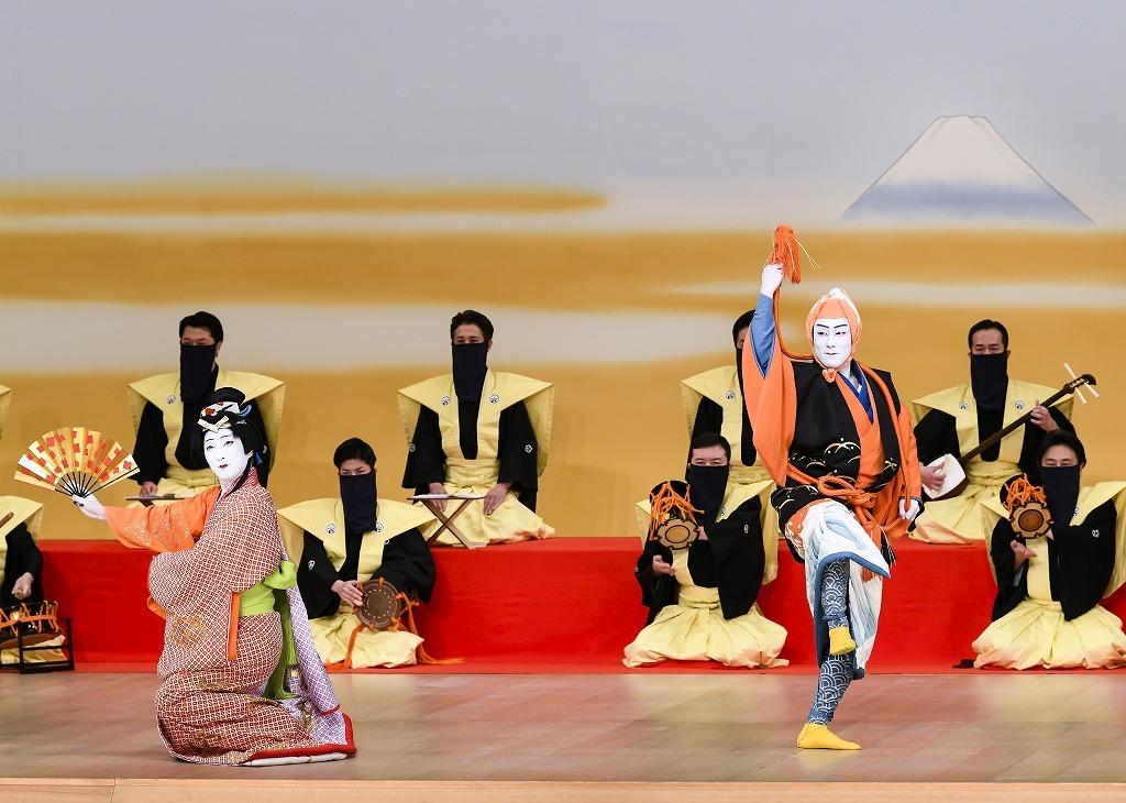 第一部『猿若江戸の初櫓』左より、出雲の阿国=中村七之助、猿若=中村勘九郎 /(C)松竹