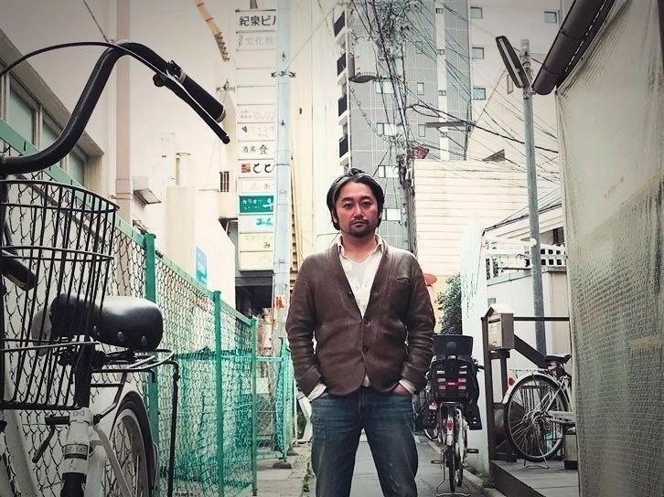 阿倍野の街をバックにしたタニノクロウ(庭劇団ペニノ)。 [撮影]吉永美和子