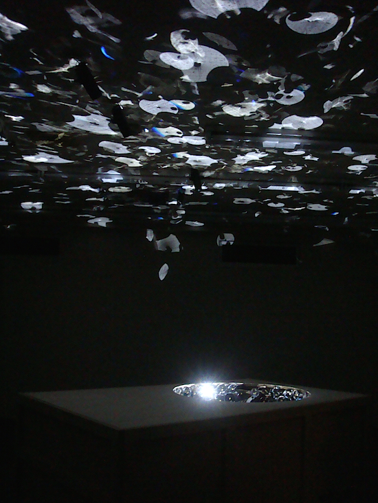 《PAUSE(2016)》木箱の穴に密集して配されているのは、鏡面の秒針。時を刻む音と共に秒針の動きが天井に投影され、見る者を記憶の時間旅行へと誘う