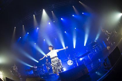 家入レオ、「新しい自分」を表現したZeppツアー初日・東京公演をレポート