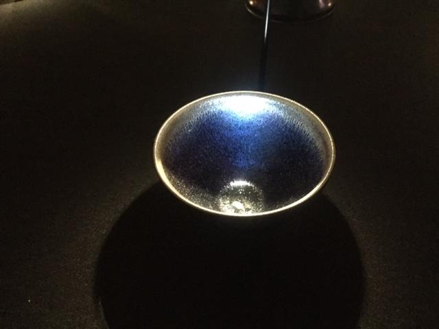 群青色の美しいグラデーションに引き込まれる茶碗