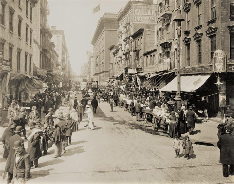 バーリン一家が暮らした、NYのロウワー・イースト・サイド界隈(1910年頃)。移民たちが行き交い、活気あふれる街の様子が見てとれる。