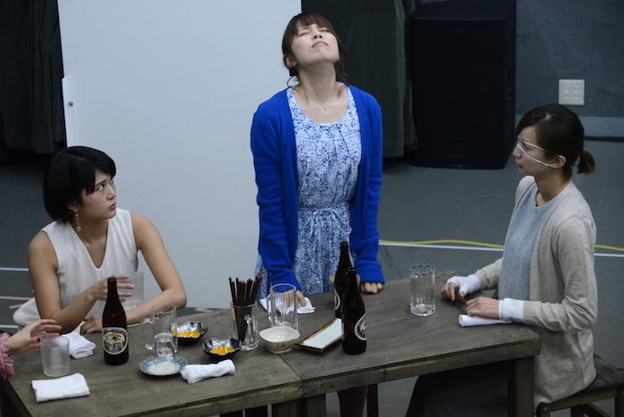 舞台『野良女』公開稽古の様子。左から佐津川愛美、菊地美香、芹那