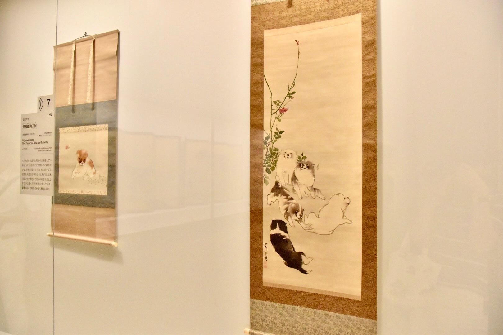 右:長沢芦雪 《薔薇蝶狗子図》 寛政後期頃(c.1794-99) 愛知県美術館(木村定三コレクション)蔵 東京展:前期展示