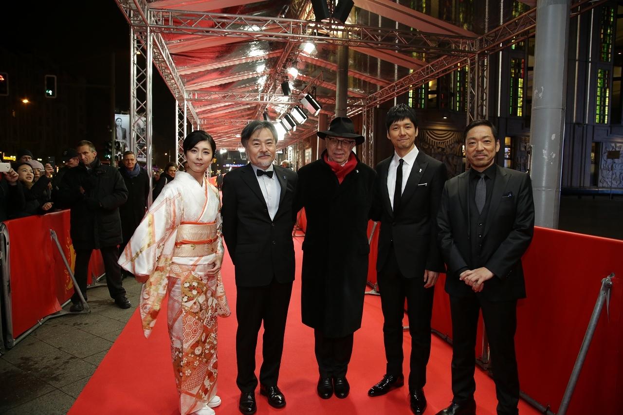 左から 竹内結子、黒沢清監督、ディーター・コスリックベルリン映画祭ディレクター、西島秀俊、香川照之
