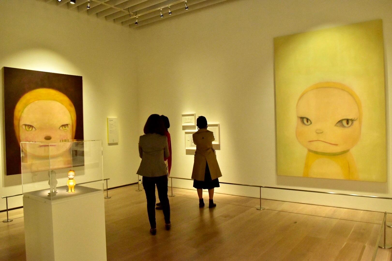 左から:奈良美智「依然としてジャイアンにリボンをとられたままのドラミちゃん@真夜中」、奈良美智「ジャイアンにリボンをとられたドラミちゃん」