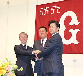 会見で握手を交わす山口寿一オーナー、原辰徳新監督、高橋由伸監督(左から)