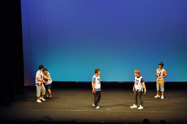 4チームに分かれ集団での演技審査に挑む候補者たち