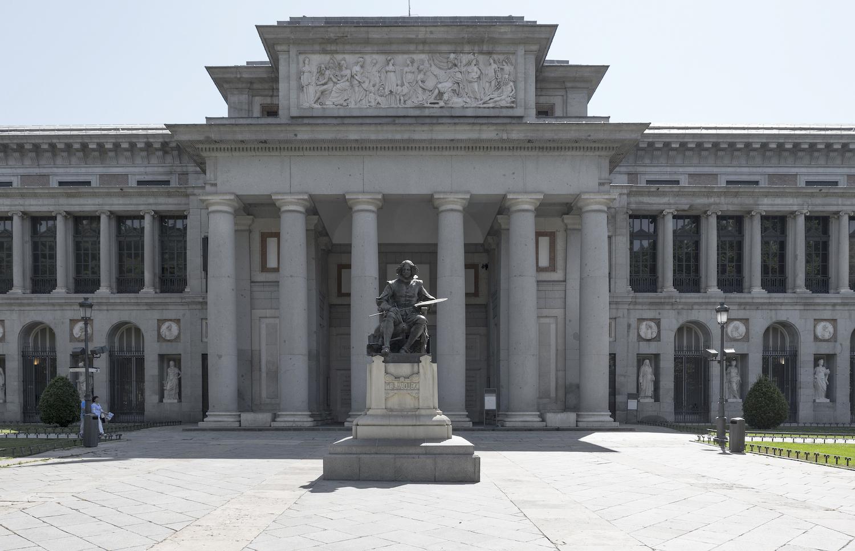 プラド美術館・ベラスケスの銅像が立つベラスケス門 © Museo Nacional del Prado