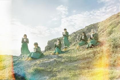 BiSH アイナ作曲モモコ作詞による新曲「リズム」MVフル解禁、緑色のカップ麺を食べる新ビジュアルも公開