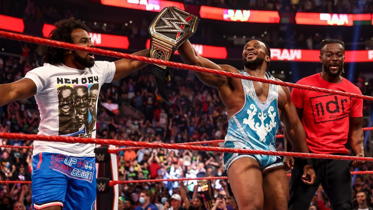 キングストン&ウッズと戴冠を喜ぶビッグE ©2021 WWE, Inc. All Rights Reserved
