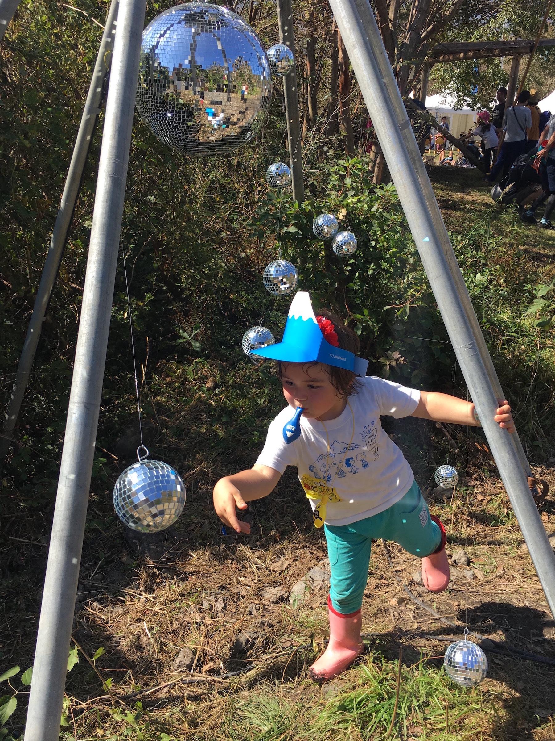 富士山帽と風船とミラーボール。 撮影=早乙女ゆうこ