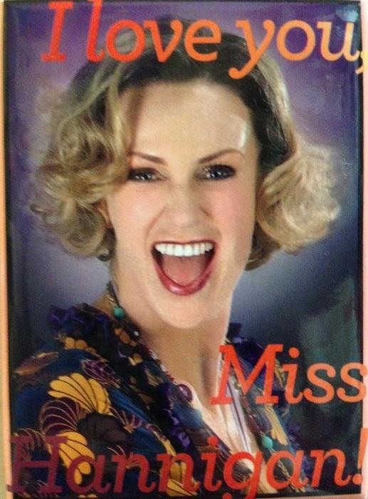筆者が購入したミス・ハニガンのマグネット(公式グッズ)。ジェーン・リンチさんのミス・ハニガン千穐楽の2013年7月14日は、朝から『glee』キャスト、コリー・モンティスさん死去が大きく報じられた日だった。 リンチさんはそれでも舞台をつとめ、さらにはファンの待つステージドアで多数のファンへサインの対応をしてくれたのだった