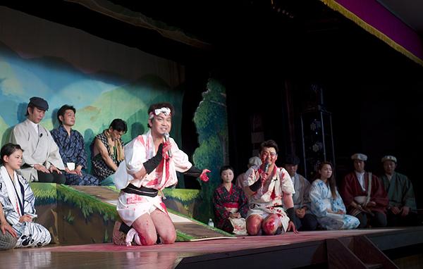 大阪・浪速クラブでの『河内十人斬り』終演後の挨拶の様子。(2015/8/16) 鳥目見習い中さん提供