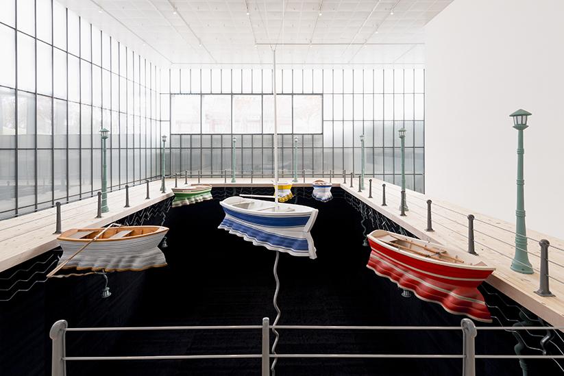 レアンドロ・エルリッヒ 《反射する港》2014年 繊維ガラス、金属フレーム、駆動装置、木材、アクリル板 サイズ可変 展示風景:「ハンジン・シッピング・ザ・ボックス・プロジェクト2014」