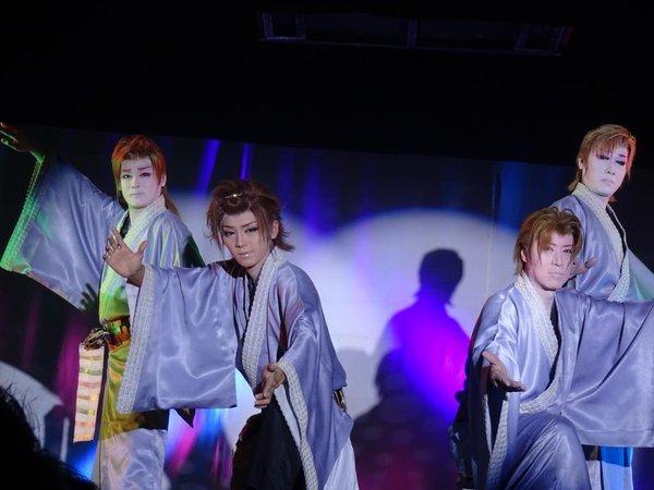 男優が多いため舞踊ショーは迫力がある。左から千咲大介座長(劇団千咲)、KEITAさん、龍美佑馬さん、冴刃竜也副座長(2015/10/29) Emaさん撮影