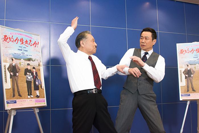 報道陣からの「なにかポーズを」というリクエストに応える伊東四朗と三宅裕司。