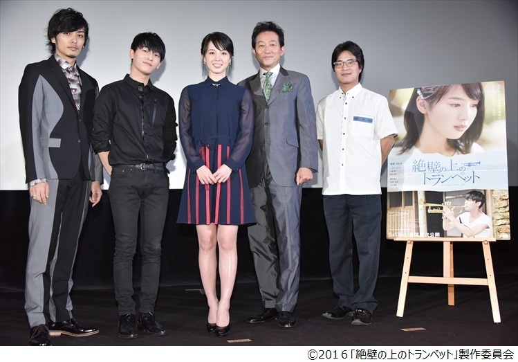 左から久保田悠来、L.Joe(TEENTOP)、桜庭ななみ、辰巳琢郎、ハン・サンヒ監督 Ⓒ2016「絶壁の上のトランペット」製作委員会