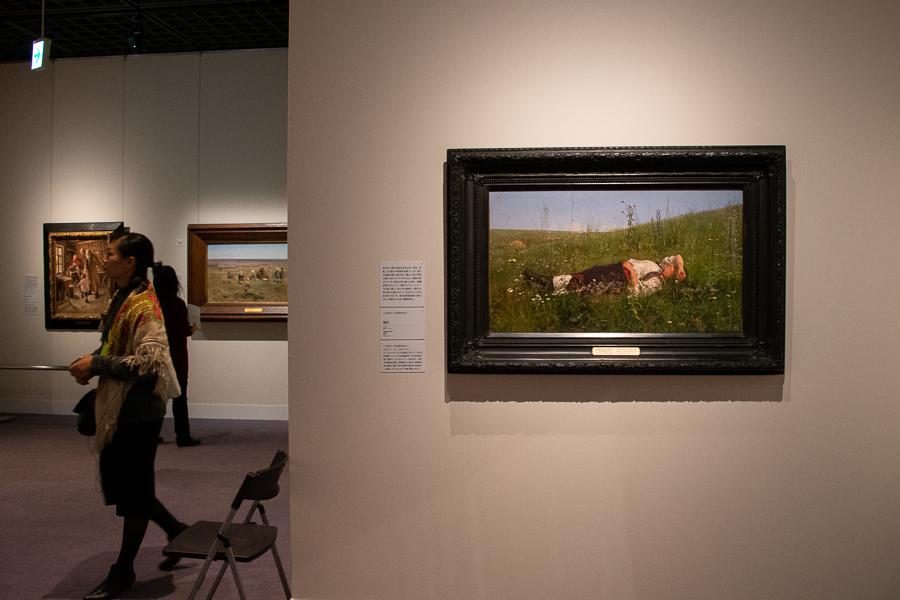 展示風景。右手はニコライ・クズネツォフ《祝日》1879年。 (C) The State Tretyakov Gallery