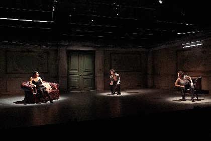首藤康之×中村恩恵×秋山菜津子出演の『出口なし』が開幕 演劇と舞踊の境界を越える舞台写真が到着