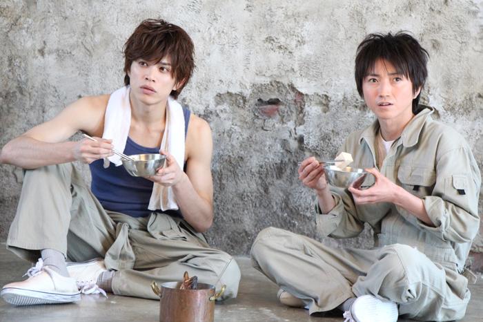 『鱈々』に出演する藤原竜也(右)と山本裕典(左)