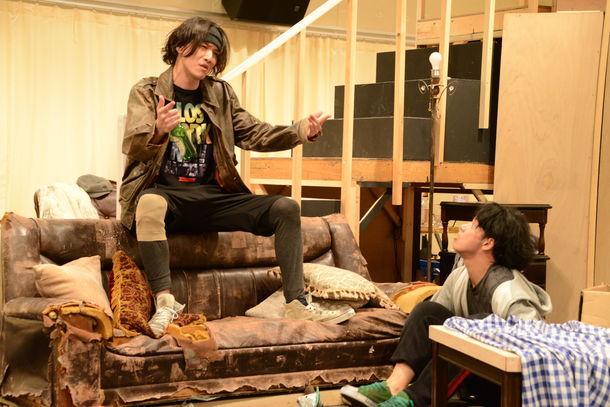 「オーファンズ」公開稽古より。左から細貝圭、佐藤祐基