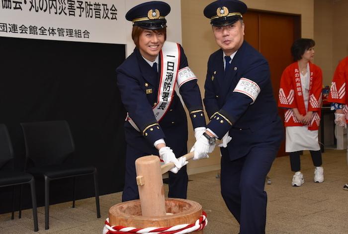 最初に、丸の内1日消防署長の浦井健治(左)と、佐藤睦・丸の内消防署長が餅をついた