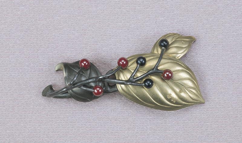 《磯の木 帯留金具》平成11(1999)年 四分一・金・銀・赤銅・銅 東京国立近代美術館工芸館蔵