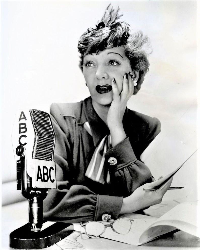 女優ガートルード・ローレンス。1947年に、ラジオ番組へ出演時の写真
